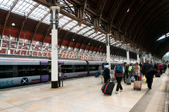Turistas que deixam a estação de Paddington Fotos de Stock