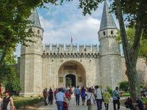 Turistas que dejan la puerta del saludo en el palacio de Topkapi Imagen de archivo libre de regalías