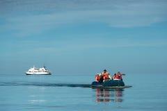 Turistas que desembarcan de una nave, islas de las Islas Galápagos Foto de archivo