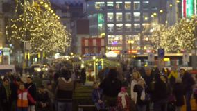 Turistas que disfrutan de la tarde fresca en ciudad europea y que escuchan la música de la calle almacen de video