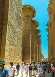 Turistas que disfrutan del complejo de Luxor Temple fotos de archivo libres de regalías
