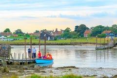Turistas que embarcam o barco de enfileiramento que opera-se através do rio Blyth de Southwold a Walberswick no Suffolk do condad fotos de stock