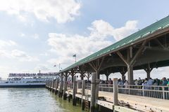 Turistas que enfileiram-se ao barco da senhorita Liberty no parque de bateria fotos de stock