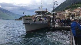 Turistas que entram na balsa de passageiro San Marco no lago Garda, Itália vídeos de arquivo