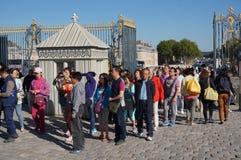Turistas que entram no palácio de Versalhes Fotografia de Stock Royalty Free