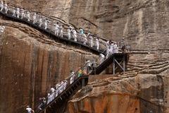 Turistas que escalam Lion Rock em Sigiriya em Sri Lanka imagem de stock royalty free