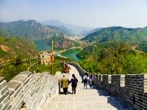 Turistas que escalam o Grande Muralha de Huanghuacheng foto de stock