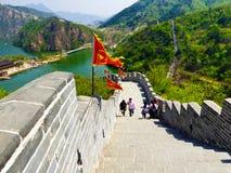 Turistas que escalam o Grande Muralha de Huanghuacheng fotos de stock royalty free
