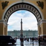 Turistas que escondem da chuva sob o arco do general Staf Imagens de Stock