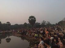 Turistas que esperam o sol para aumentar para tomar imagens do templo de Angkor Wat Fotografia de Stock