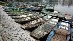 Turistas que esperan de la estaci?n del barco para foto de archivo