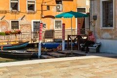 Turistas que esperan del gondolero para en el canal Foto de archivo libre de regalías