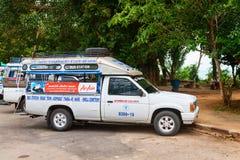 Turistas que esperan del taxi para Imagen de archivo