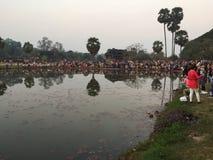 Turistas que esperan el sol para subir para tomar imágenes del templo de Angkor Wat fotografía de archivo libre de regalías