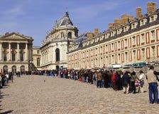 Turistas que esperan en línea Fotos de archivo