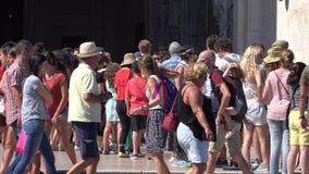 Turistas que esperan en línea almacen de metraje de vídeo