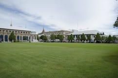 Turistas que esperan la entrada magnífica del palacio de Bangkok fotografía de archivo