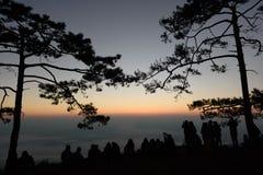 Turistas que esperan salida del sol Fotografía de archivo