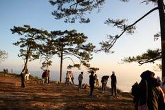 Turistas que esperan salida del sol Imagen de archivo