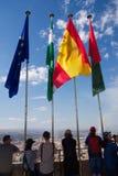 Turistas que estão entre mastros de bandeira na torre de vigia de Alhambra, Espanha Fotografia de Stock