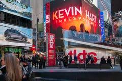 Turistas que est?o pelo Times Square Manhattan New York City do sinal da bilheteira do bilhete de teatro do desconto de TKTS dent imagem de stock