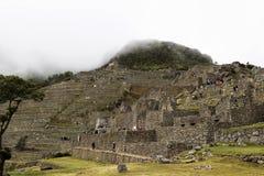 Turistas que exploram Machu Picchu Peru South America Inca Ruins foto de stock