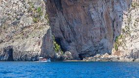 Turistas que exploran la costa azul de la gruta en Malta Fotografía de archivo