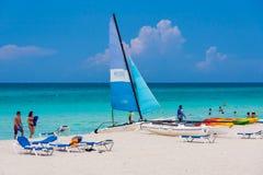 Turistas que gozan de la playa de Varadero en Cuba Fotos de archivo libres de regalías