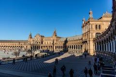 Turistas que gozan de Plaza de Espana en Sevilla imagenes de archivo