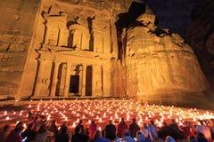 Turistas que gozan del espectáculo del Petra por noche imagenes de archivo