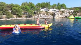 Turistas que gozan del mar almacen de metraje de vídeo