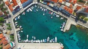 Turistas que gozan del mar almacen de video