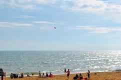 Turistas que gozan del sol en la playa de Albufeira Fotos de archivo