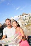 Turistas que guardam o mapa por Roman Forum, Roma, Itália Fotografia de Stock