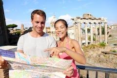 Turistas que guardam o mapa por Roman Forum, Roma, Itália Foto de Stock
