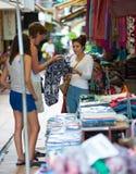 Turistas que hacen compras en Camboya Fotografía de archivo