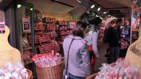 Turistas que hacen compras en Innsbruck' ciudad vieja de s metrajes