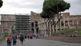 Turistas que hacen turismo el Colosseum en Roma, Italia metrajes