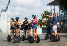 Turistas que hacen turismo en el viaje de Segway de Barcelona Imagen de archivo libre de regalías
