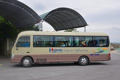 Turistas que llevan del autobús típico de Hanoi a la bahía de Halong Fotografía de archivo libre de regalías