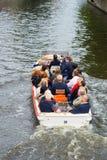 Turistas que llevan del barco del viaje en Brujas Foto de archivo libre de regalías