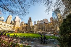 Turistas que miran el césped y los rascacielos verdes Bryant Park NYC imagen de archivo