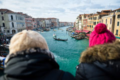 Turistas que miran el canal grande en Venecia por mañana fría fotografía de archivo