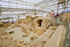 Turistas que miran el complejo de la ciudad de Ephesus con las terrazas arruinadas a partir del período romano Foto de archivo