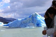 Turistas que miran el iceberg Foto de archivo