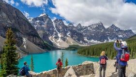 Turistas que miran el lago moraine Imagen de archivo libre de regalías