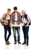Turistas que miran el mapa Imagenes de archivo