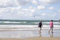 Turistas que miran el surfe de la cometa Fotos de archivo libres de regalías