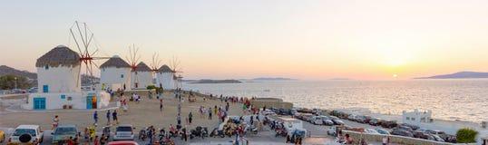 Turistas que miran la puesta del sol en Mykonos, Grecia Imagen de archivo