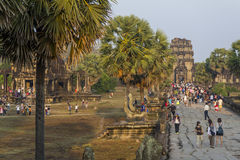 Turistas que miran la salida del sol, templo de Angkor Wat Fotografía de archivo